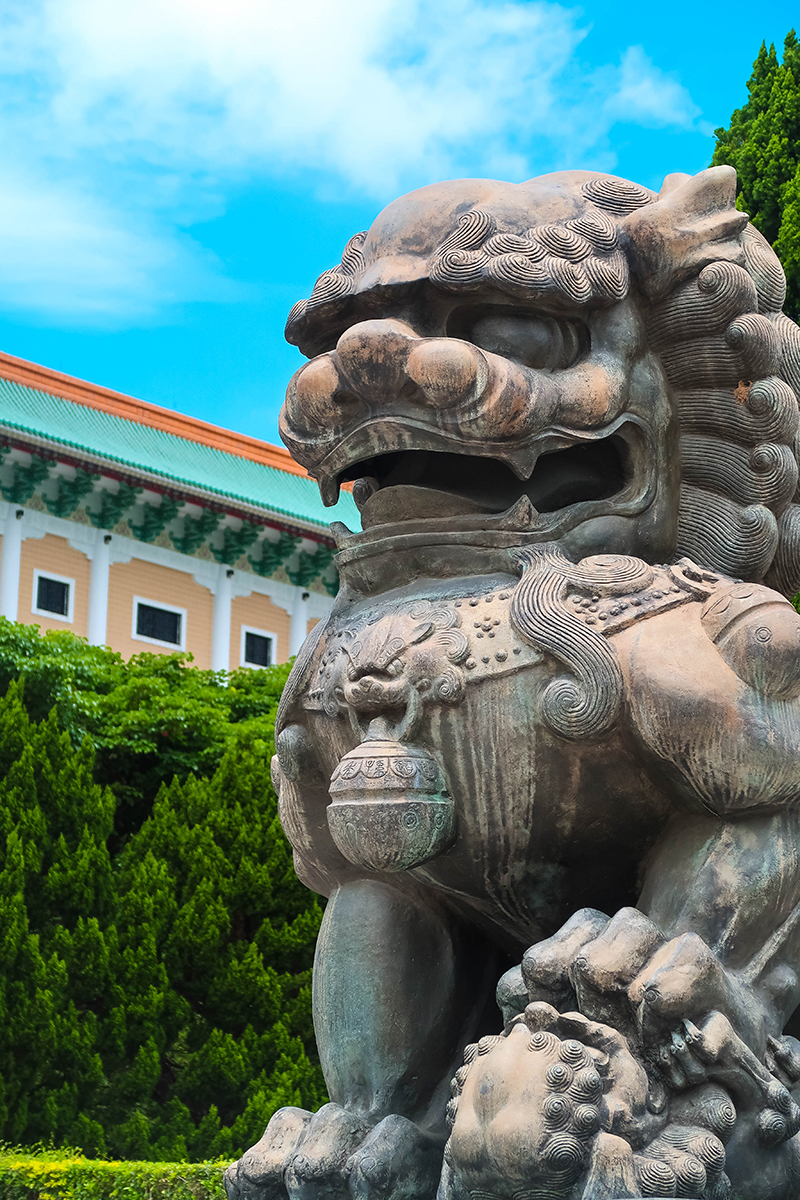Lion statue in front op national palace museum